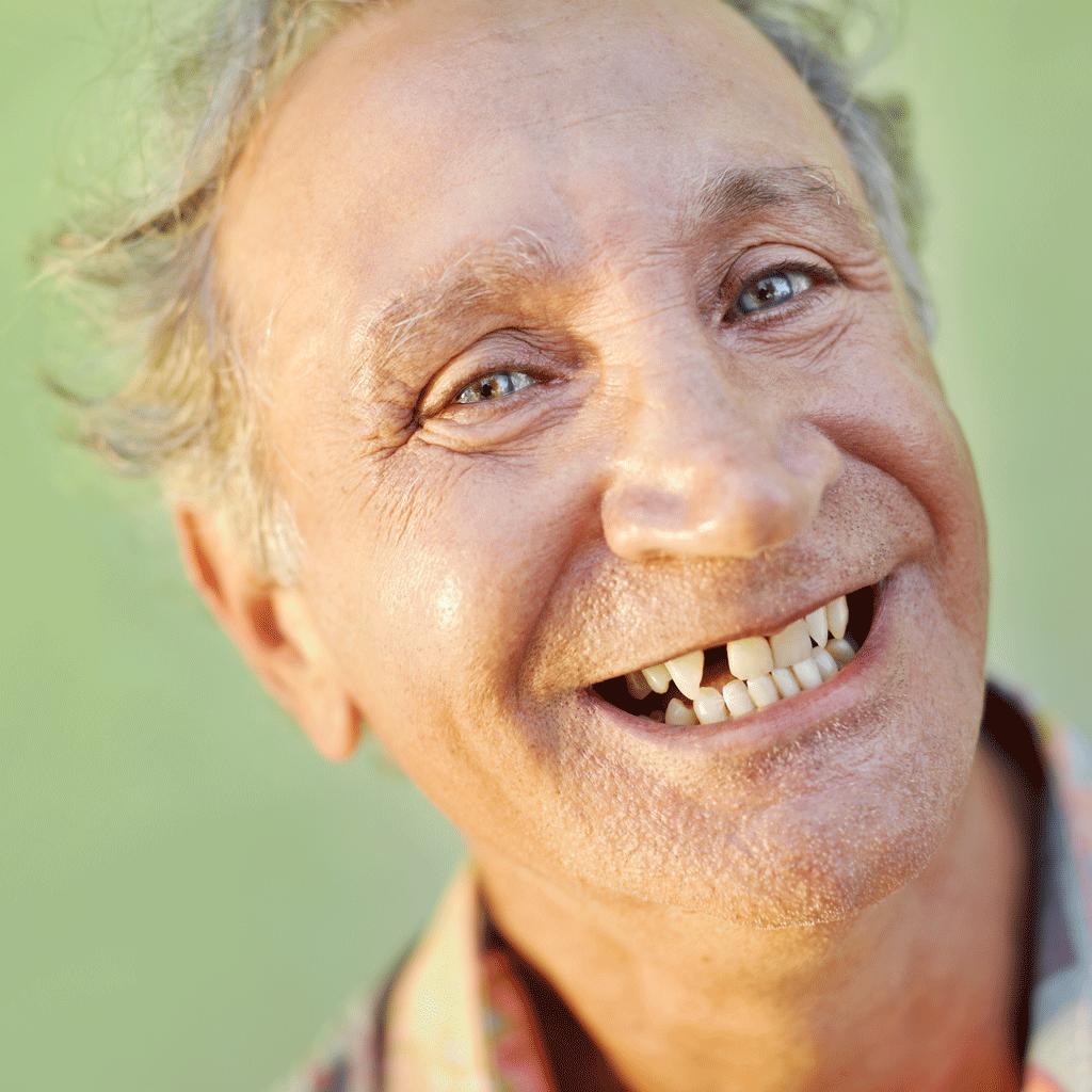 Homme dent tombée